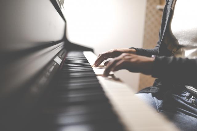 ピアノは何歳から習わせる?ピアノは子供の成長に大きく役立ちます